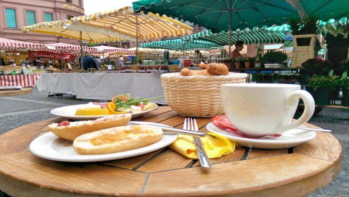 Frühstücken im Café Extrablatt am Wochenmarkt in Mainz