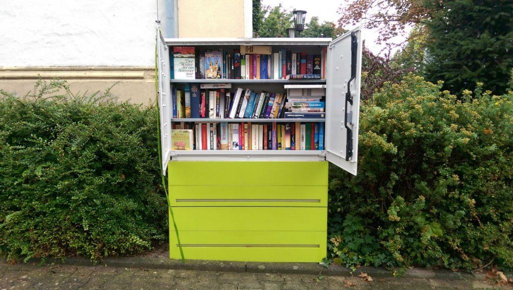 Bücherschrank auf dem Marktplatz in Schwabenheim an der Selz