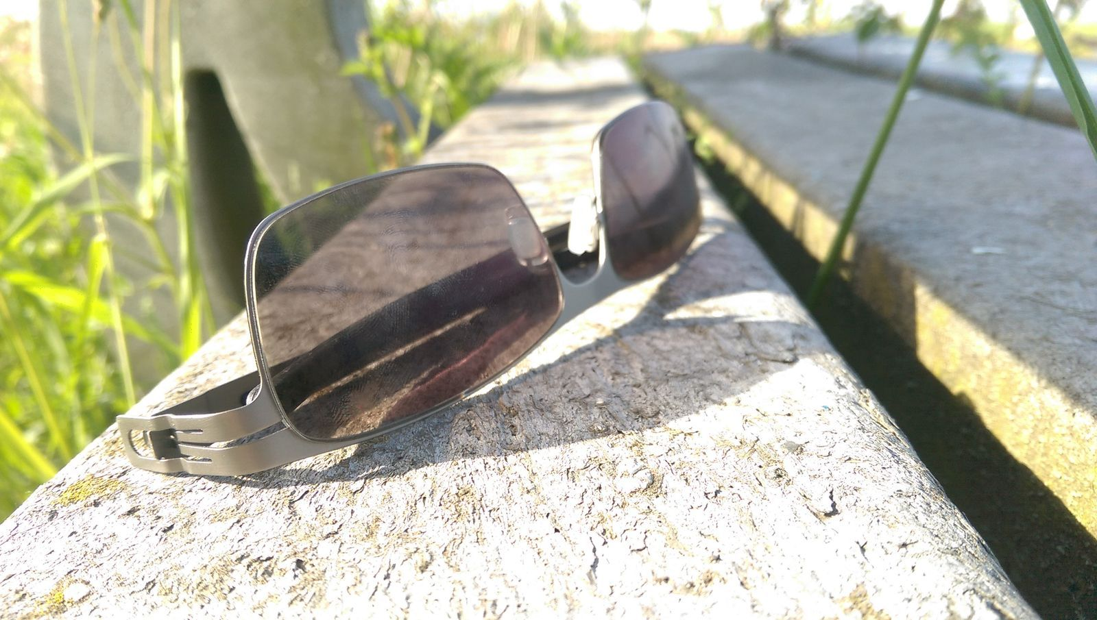 Brille auf Bank