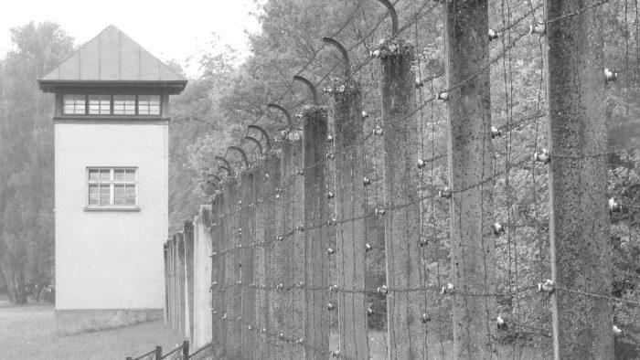 KZ-Gedenkstätte Dachau - Wachturm und Zaun.