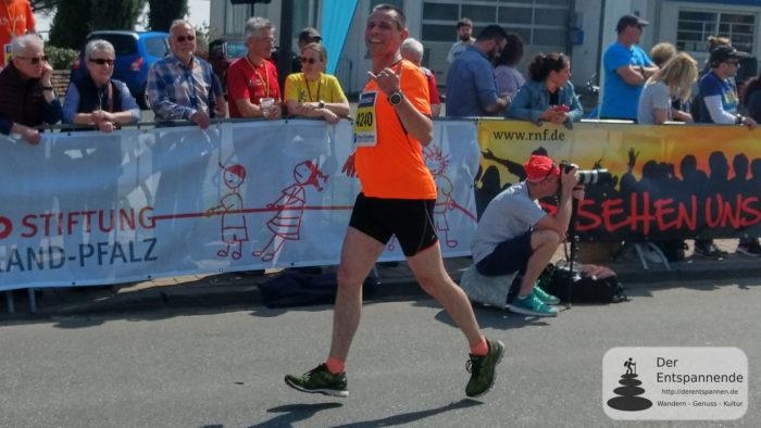 Der Entspannende beim Zieleinlauf Marathon Deutsche Weinstraße